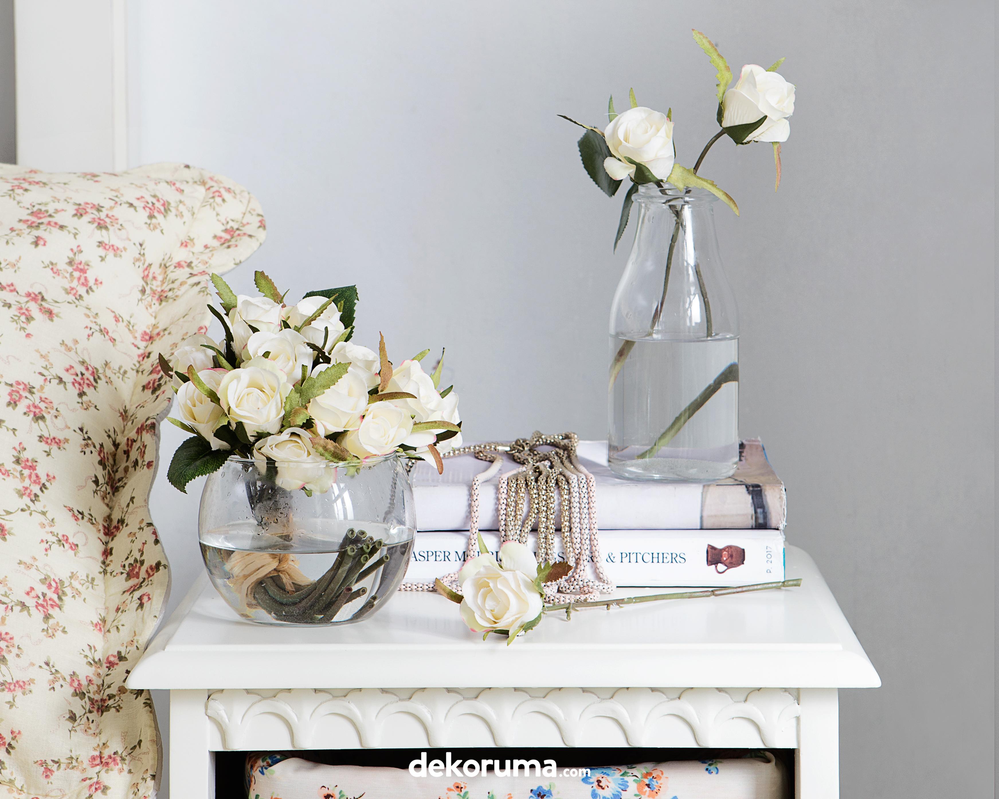 5 Trik Dekorasi Bunga Hias Plastik Agar Terlihat Seperti Bunga Asli